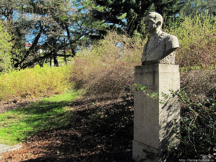 Напротив ворот, ведущих в Сад с улицы Sars' gate, установлен памятник известному норвежскому геологу, специалисту в области петрологии,  Вальдемару Кристоферу Брёггеру.