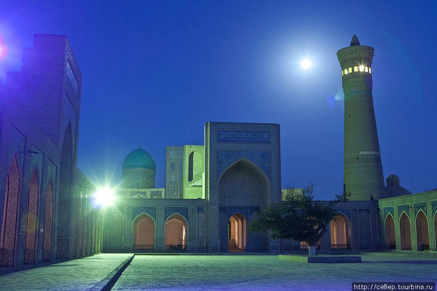 Медресе изнутри ночью Бухара, Узбекистан