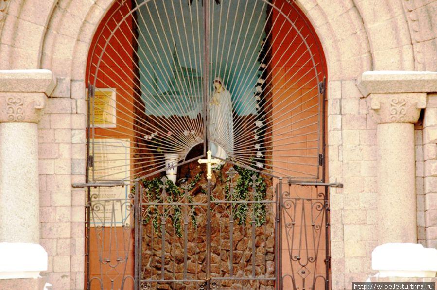 Центральный портал арки, украшенной колоннами.