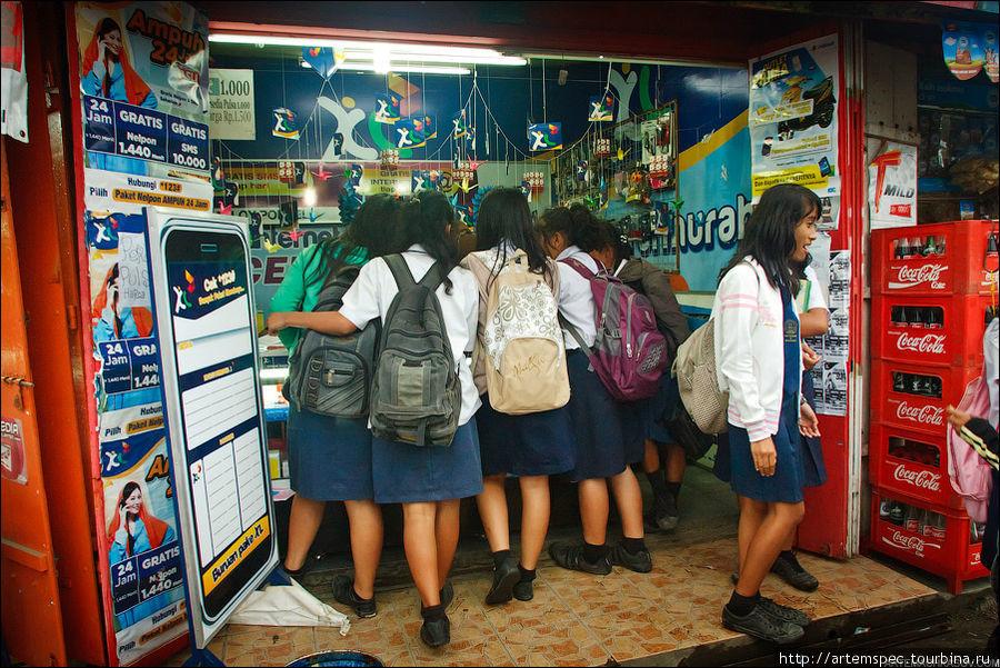 Школьницы в салоне связи.