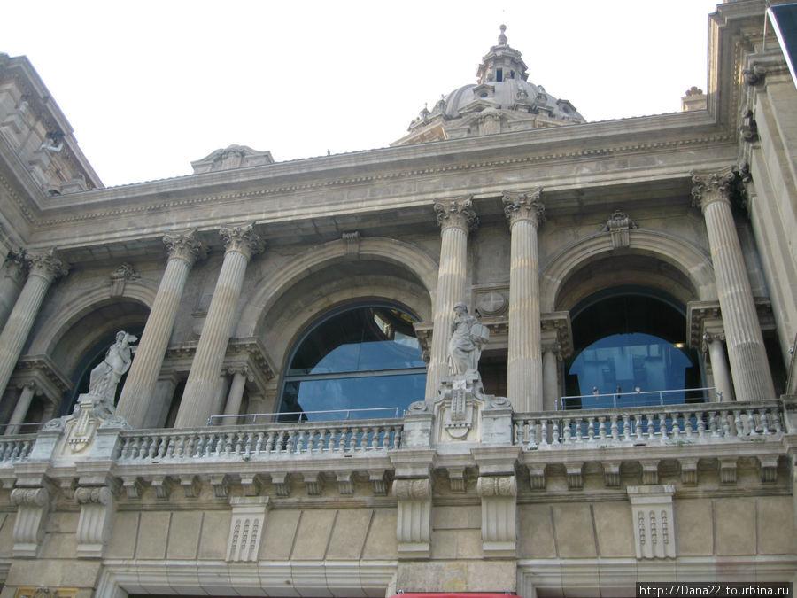 Выставочный павильон. Вначале был сооружен без фундамента. В дальнейшем — укреплен за немыслимые деньги.