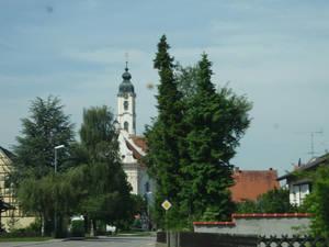 По просьбам трудящихся :) добавляю снимки деревни. К сожалению, очень мало: интересовала только церковь. Это я снимаю через стекло в машине — подъезжаем к церкви.