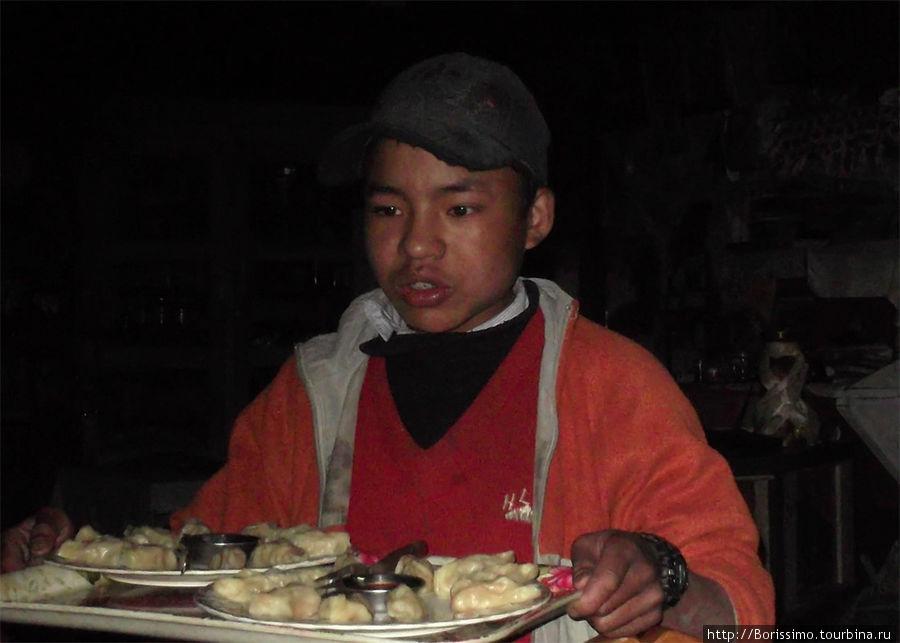 Юный официант, поварёнок и помощник на кухне. Кому Момо?