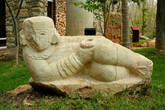 Статуя Чак Мооля из известняка из южного храма на поле для игры в мяч в Чичен Итце. Интересен своей необычной позой.