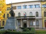 Мэрия городка Традате и памятник погибшим в мировых войнах