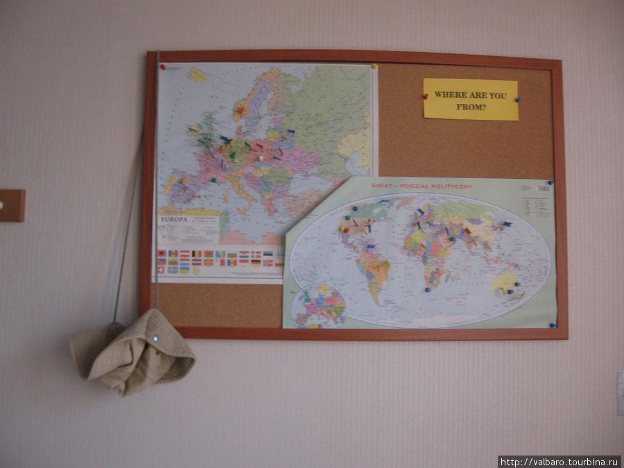 На карте в номере туристы могут отметить место откуда они приехали, так что не забудьте булавку. Приветствуются также открытки с видами Вашего родного города. Из России в этом хостеле было немного туристов.
