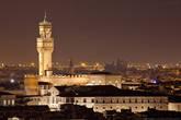 Палаццо Веккьо. Oдно из наиболее известных строений Флоренции, её символ и один из символов Италии. Сейчас дворец служит ратушей. Также в недрах «Старого Дворца» расположена библиотека. Над палаццо возвышается башня Арнольфо, высотой 94 метра.