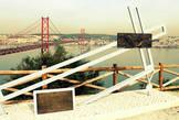 У подножия статуи находится смотровая площадка, с которой открывается панорамный вид на Лиссабон и мост 25 апреля, который расположен непосредственно у подножия памятника.