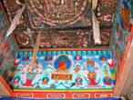 Внутри арки разноцветная роспись