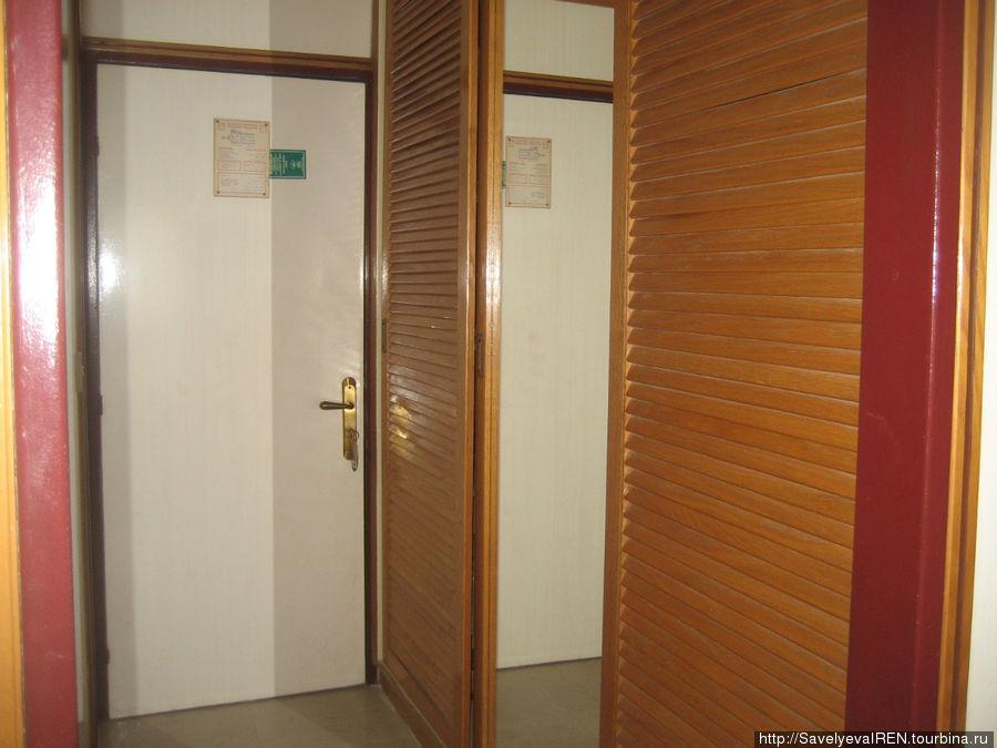 Встроенный шкаф в коридоре.