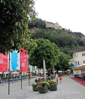 замок хорошо видно... с пешеходной улицы Stadtle...