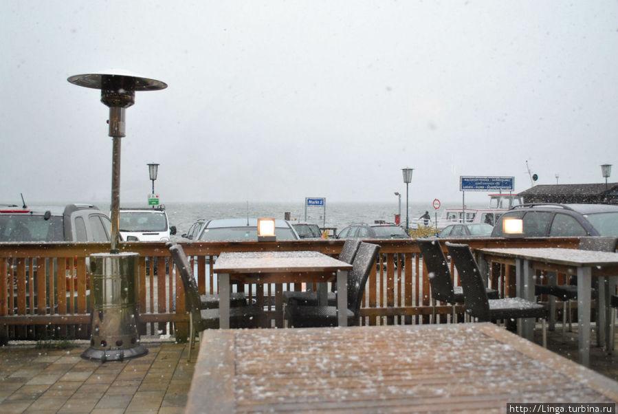 Вид из окна кафе  на набережную и пристань кораблика