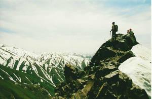 Взгляд не оторвёшь- снежок лежит на покрытых зелёной травкой горах