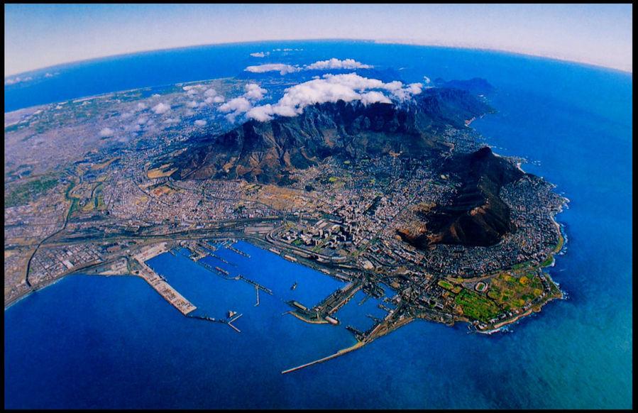 На этой открытке Кейптаун как на ладони.  Столовая гора под облаками.