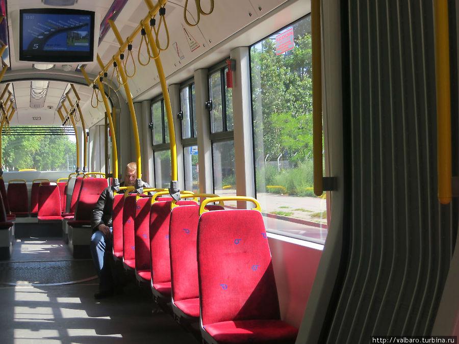 Виден информационный экран, на котором отражается схема маршрута, следующая остановка и периодически карта пересекаемых трамваем улиц.