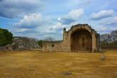 Руины церкви на главной площади.
