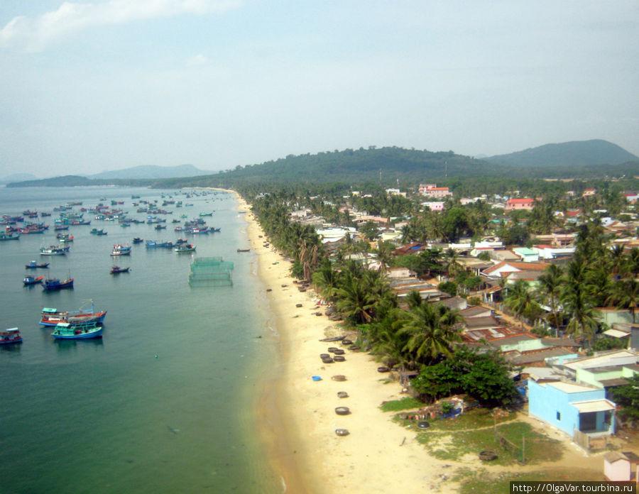 Западное побережье острова Фу Куок, где располагается столичная деревушка Дуонг Донг. Снимок с самолета