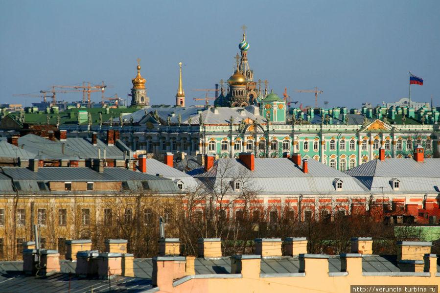 Зимний дворец и вдалеке Спаса на Крови