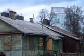 Недалеко от центра, за рекой, есть район частного жилья — Жверинас. Он сильно контрастирует с предыдущими фотографиями.