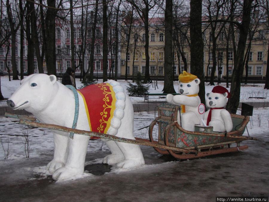 Новогоднее оформление снаружи. Белые медведи.