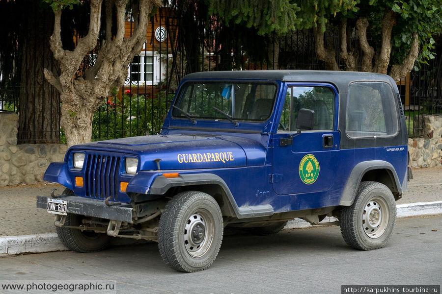 Автомобиль гвардейцев национального парка Лос Гласиарес.