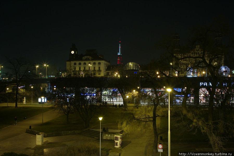 Вид из окна на Hlavní nádraží.