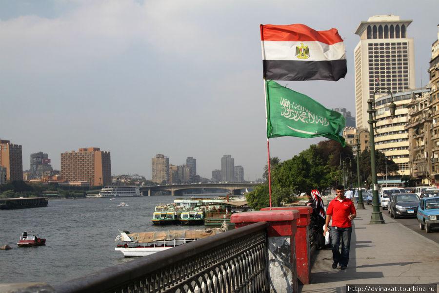 Набережная Нила и государственные кораблики на пристани по 1 фунту за проезд