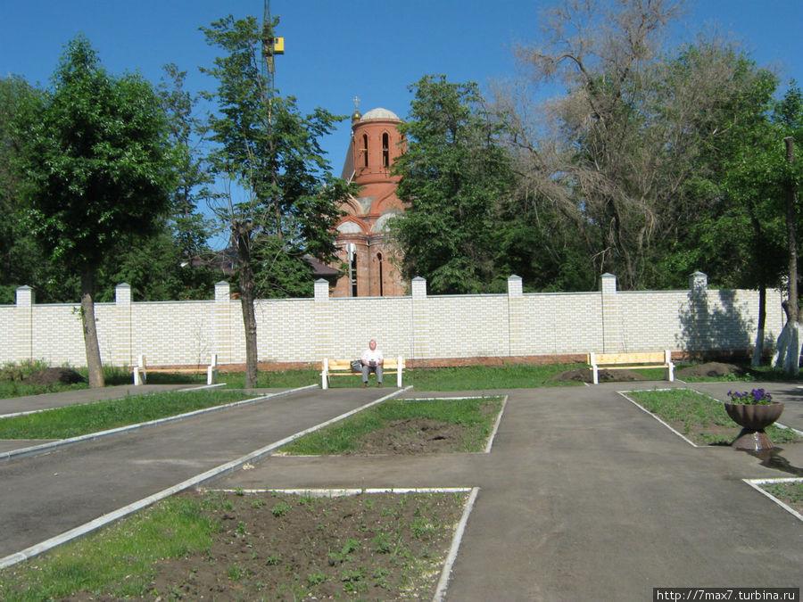 Стена, разделяющая сквер от храма
