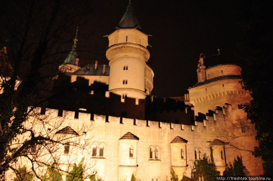 Игра света и теней: куда нарядней замок становится с наступлением темноты, когда вспыхивают сотни прожекторов вдоль стен крепости.