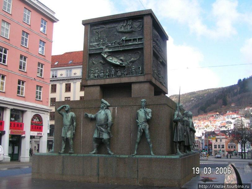 Памятник и его фигуры