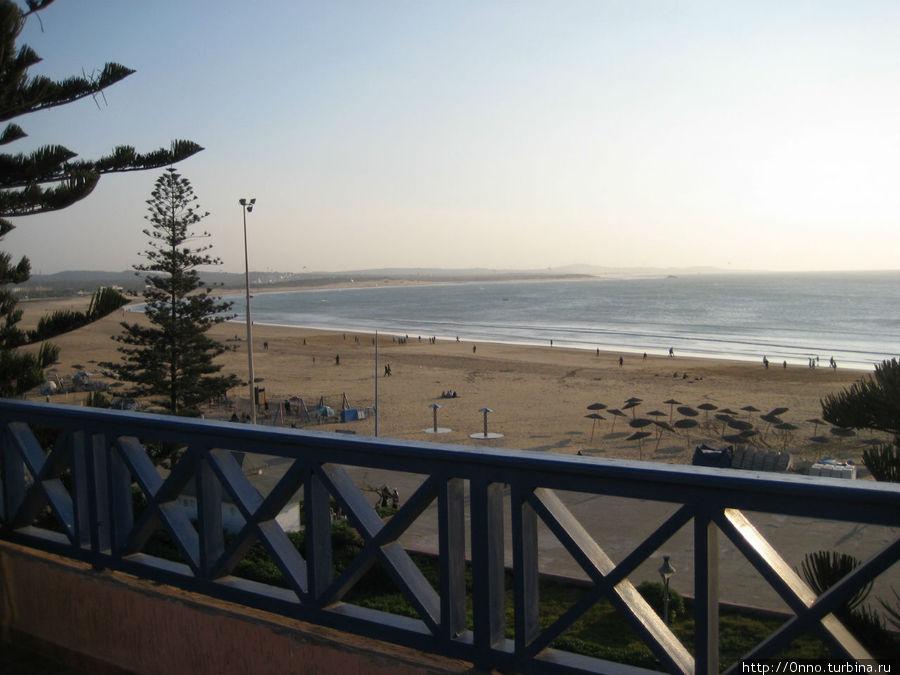 Вид из террасы отеля на пляж