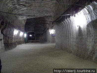 Поземная галерея. В соляных шахтах крепи не используются. Каменная соль достаточно монолитна, чтобы держать свод.