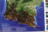 Вообще, Портофино — это название мыса. Вместе с прибрежными водами его однажды объявили национальным природным парком. Воды делятся на зоны. В зависимости от строгости зоны накладываются разные ограничения на деятельность человека.  Городок Портофино находится в правом нижнем углу картинки.