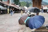 За все три недели путешествия по Балканам единственный пасмурный день с дождиком пришелся именно на Сараево. Здесь это тоже редкость и люди не готовы к тому, что с неба что-то на них капает. Поэтому торговцы зонтиками моментально появились на улицах, спасать сараевчан.