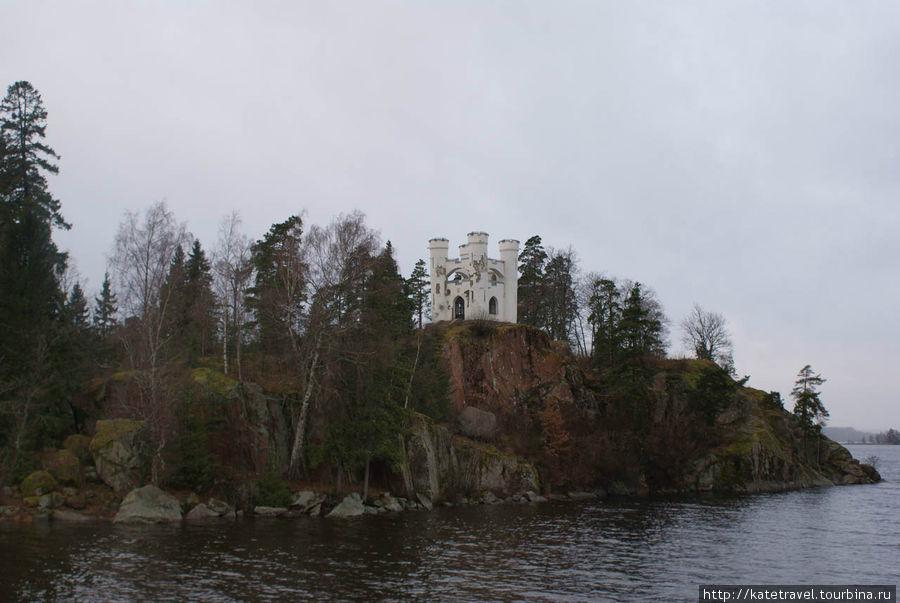 Остров Людвигштайн с неоготической капеллой Людвигсбург на вершине