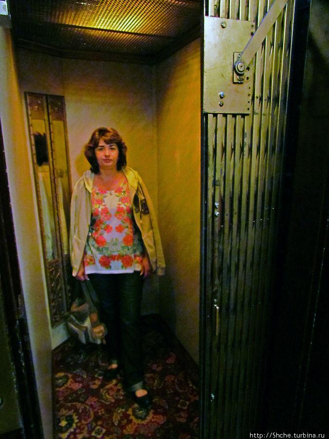 маленький лифт с механическими дверями — раритет