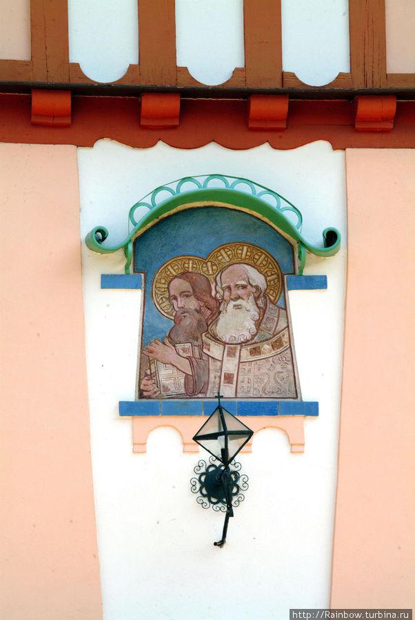 Барельеф святых Кирилла и Мефодия на внешней стене здания.