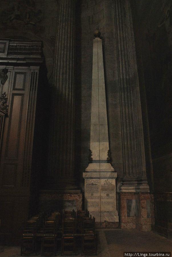 Астрономический гномон и идущая от него медная полоса — парижский меридиан, или