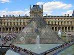 Новый символ Парижа — стеклянную пирамиду, возведенную в Лувре, спроектировал американский архитектор  Йонг Минг Пей. Это сверхсовременное сооружение из стекла и металла так удачно вписалось рядом с  древними стенами, что теперь, когда пишут статьи о Париже или Франции, то чаще помещают фотографию не Эйфелевой башни, а фотографию Луврской пирамиды, хотя яростных противников этого проекта, как обычно, было очень много.