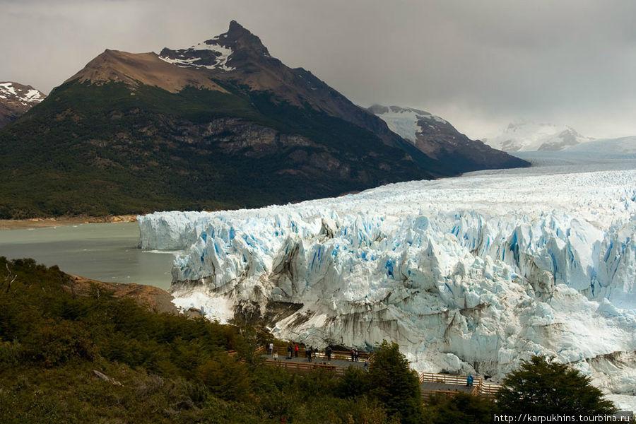 Зона осмотра оборудована на возвышенном мысу. И в центральной, наиболее выступающей его части, ледник упёрся в этот мыс и наезжает прямо на кусочек суши. Непосредственно к этому месту доступ, конечно, закрыт.