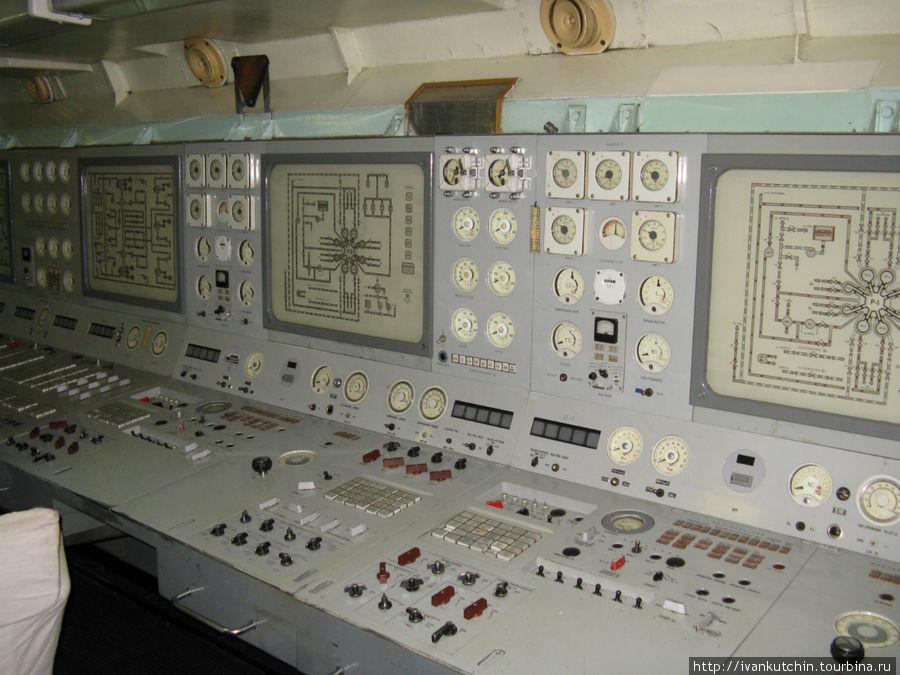 Интеллектуальное место — пульт управления ядерным реактором. Никаких дисплеев, мышек и клавиатур — вся информация через лампочки, стрелочки и тумблеры.