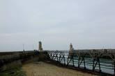 Вход в порт между двух маяков.