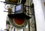 Чтобы найти нехорошую квартиру, надо доехать  до станции метро Маяковская, выйти из метро налево, дальше по Б.Садовой  — мимо Концертного зала, мимо дома, в нём — Кофе-хаус, сразу за ним — арка, ведущая во двор дома №10. Увидите вывеску — Музей Булгакова , проходите под арку  к подъезду №6, этаж 4, квартира №50