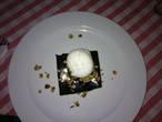 Шоколадный бесквит, еще теплый, политый сверху глазурью +шарик мороженого