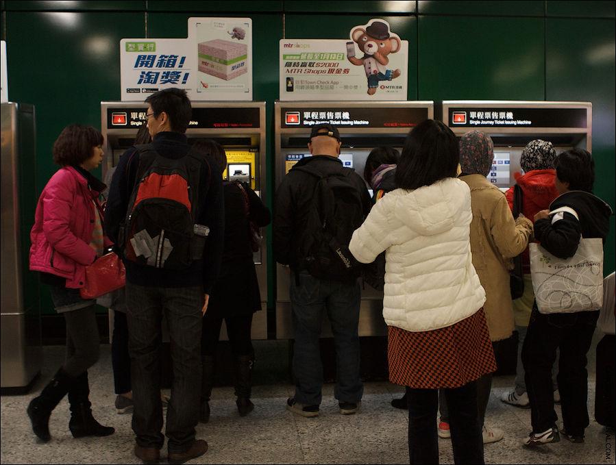 Билеты покупаются вот в таких автоматах. Из-за многообразия денег, некоторые купюры не принимаются с первого раза, а то и вообще не принимаются, из-за чего часто бывают очереди. Поэтому я ещё раз советую купить карту Октопус