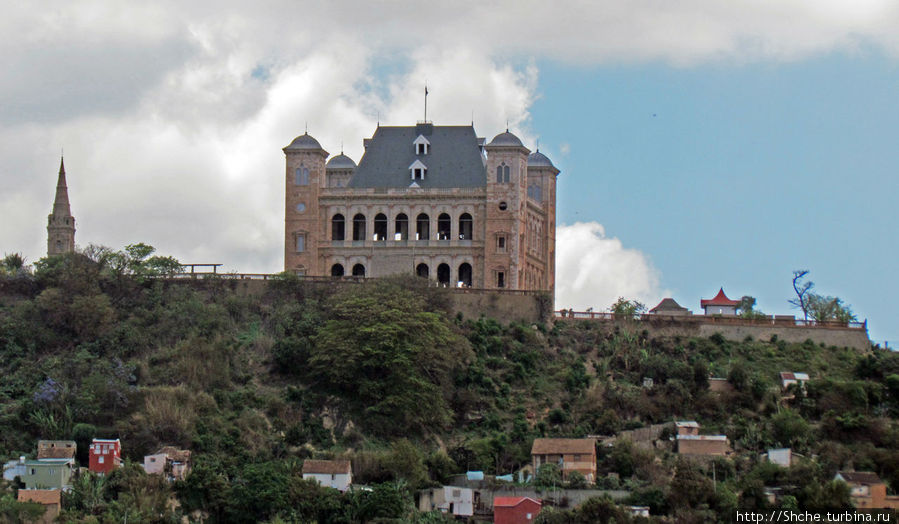 К дворцу мы не подъезжали, у нас не было экскурсии по городу, тем более, что он на реставрации