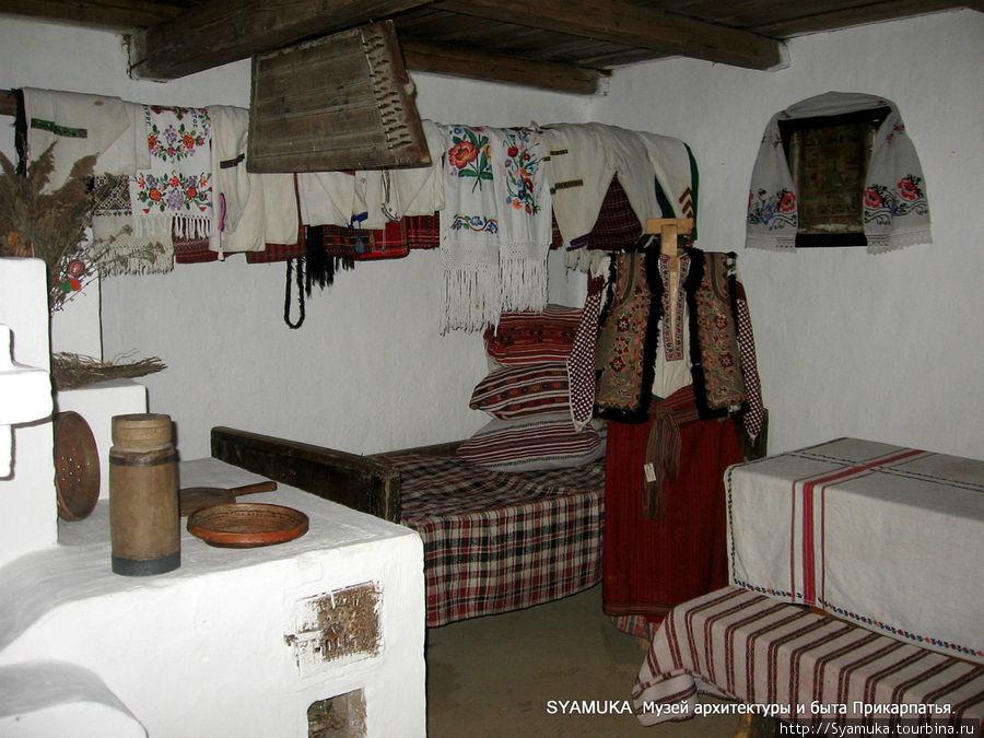 В хате кухня и комната совмещены. Тут и печка, которой обогревалось жилище, и на которой готовилась пища. И кровать, и стол, и прялка... Галич, Украина