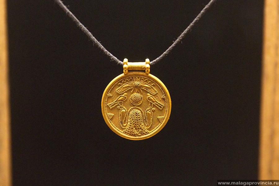 Золотой финикийский медальон, с двумя соколами, сидящими друг на против друга над змеями, 5 век до н.э