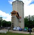 Тридцатиметровая восьмигранная жилая башня-донжон является старейшей частью замка, она была возведена в середине 18 века. Башня состояла из шести этажей, три из них были перекрыты сводами. На втором этаже были размещены жилые помещения, верхние этажи предназначались для военных целей. Постепенно замок разрастался, к нему было пристроено здание конвента, оборонительная стена, надвратная башня и пороховая башня. Немного позже вокруг замка появились земляные укрепления – бастионы и валы.