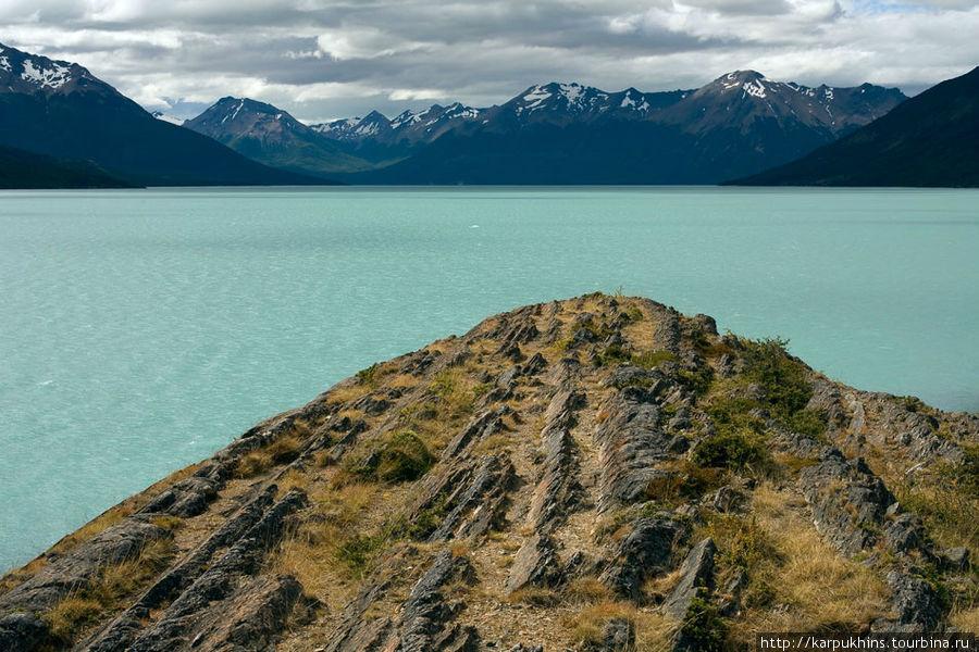 Западная часть озера Lago Argentino представляет собой разветвлённую сеть узких и длинных заливов, в один из которых и стекает ледник Перито Морено, перегородив его. Здесь и на последующем кадре вид к основанию залива, в противоположную от ледника сторону. Перито Морено, кстати, не единственный ледник, который стекает в западную часть озера. Но самый потрясающий.